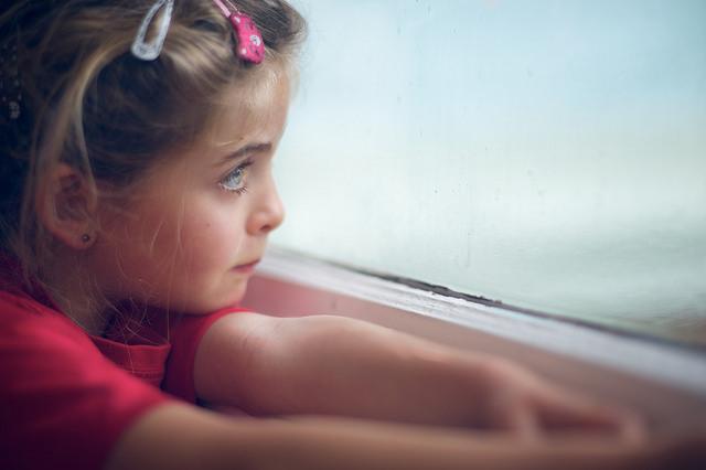 copil privind pe fereastra